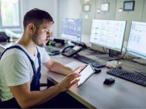 Pipeline control room controller reviewing PHMSA pipeline Alarm Management lessons learned